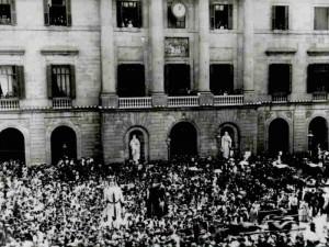 Gigantes en la Plaza de Sant Jaume, 1902. (Foto de Arxiu Municipal de Barcelona)