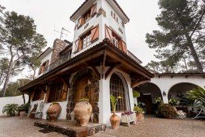 Casa única y señorial en un espectacular solar en La Floresta