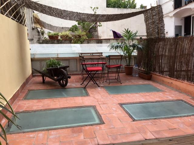 (Español) Piso céntrico con terraza en el Raval