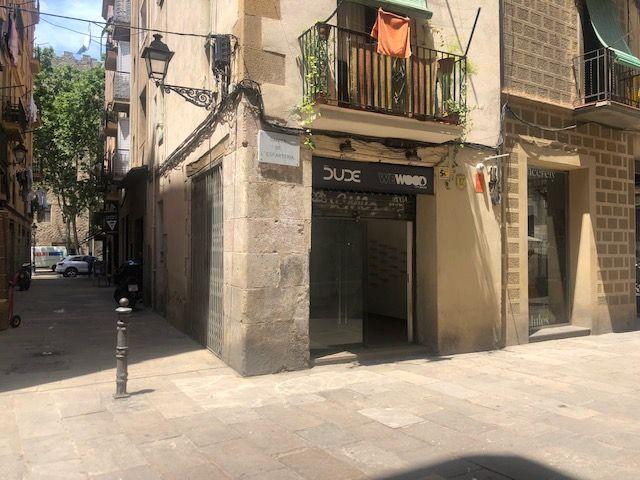 (Español) Local en esquina a pie de calle en el Born