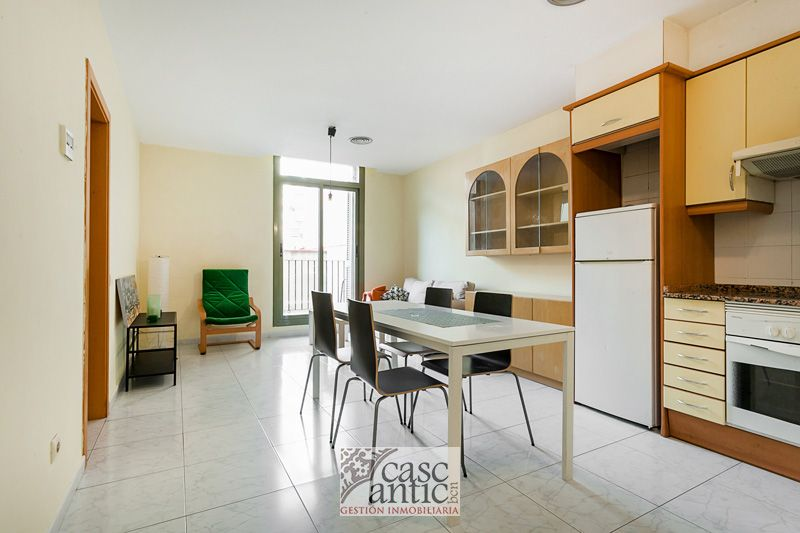 Flat 2 bedrooms Lift & 2 Balconies next to La Rambla