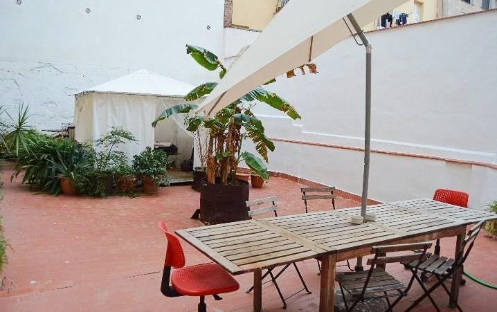 (Español) Amplio piso con terraza propia Raval