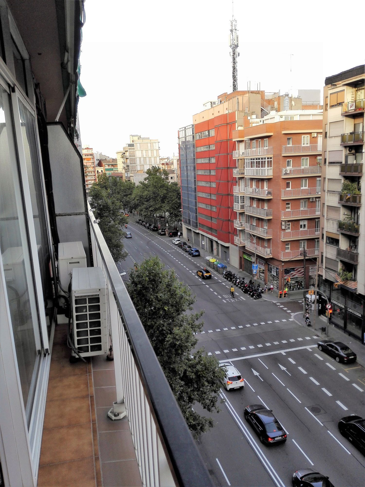 (Español) Piso en avenida de Madrid Barrio Les Corts – ideal y muy popular con los estudiantes Universitarios / Business School  etc.