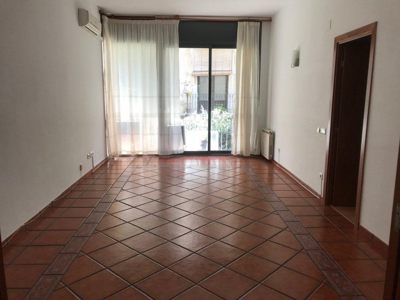 (Español) Estupendo piso de tres habitaciones.