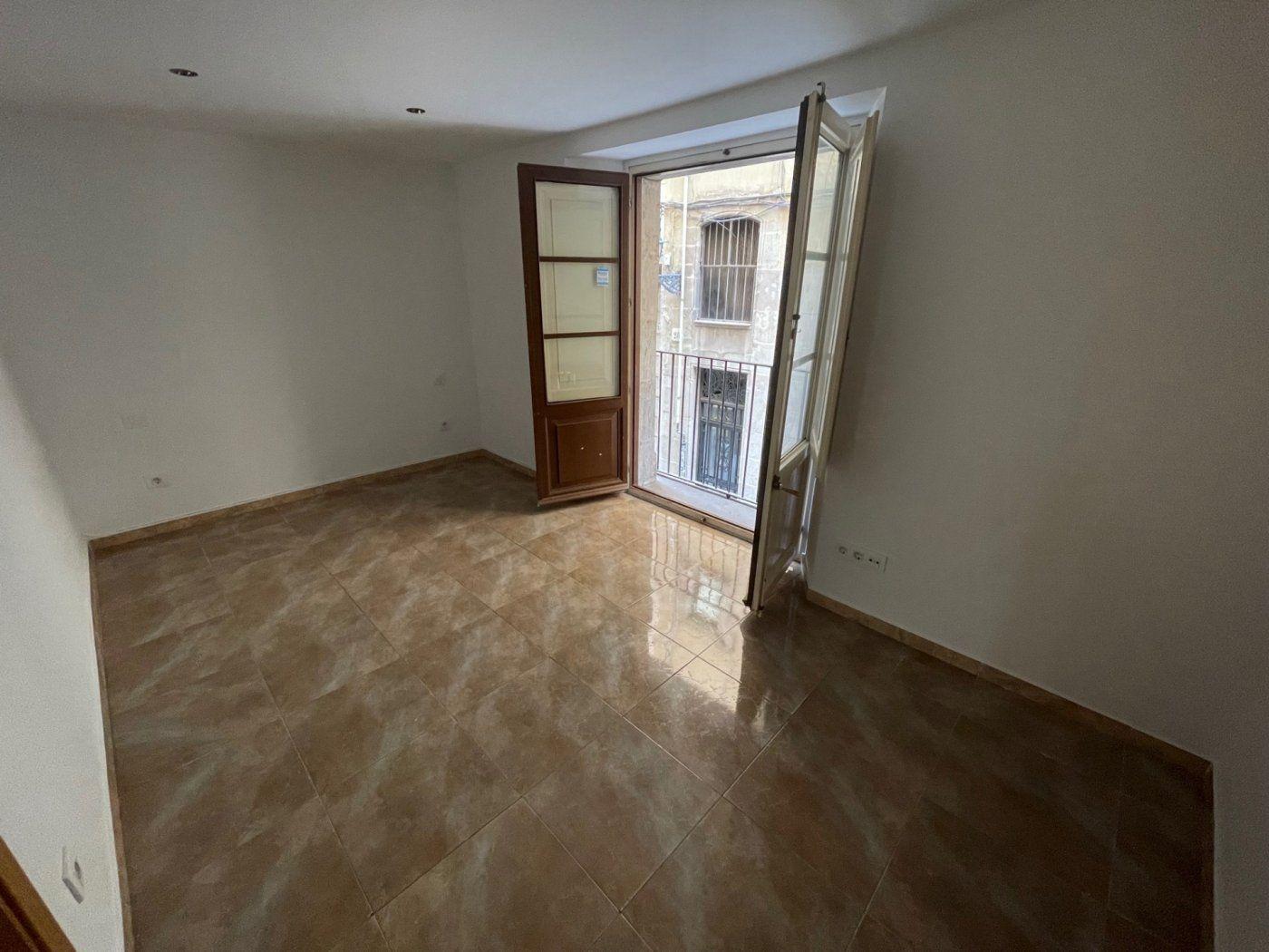 (Español) Piso de tres habitaciones junta a plaza Sant Jaume